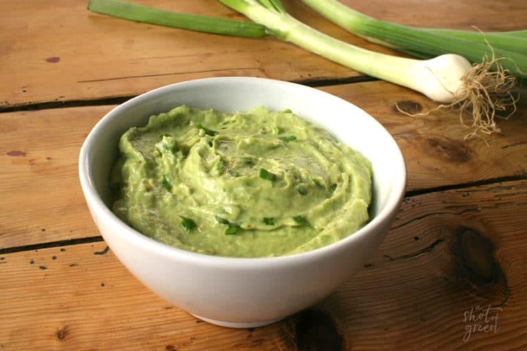 Recette du green guacamole avec de la pomme, des cebettes et du gingembre