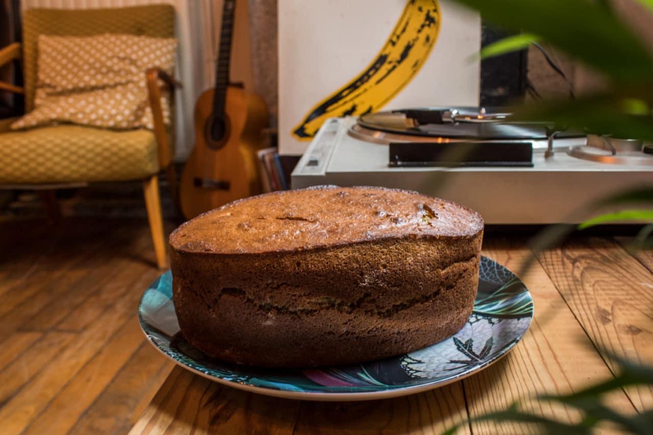 Banana bread sur une assiette avec une platine et un vinyl des Velvet underground
