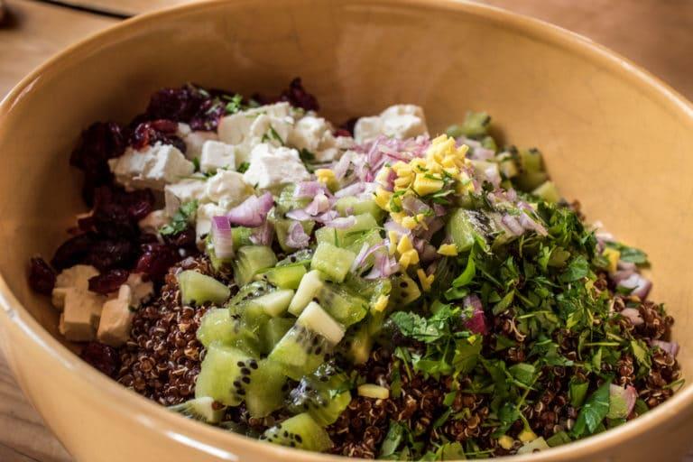 Saladier de quinoa, Féta, persil, gingembre, cranberries, échalote et kiwis