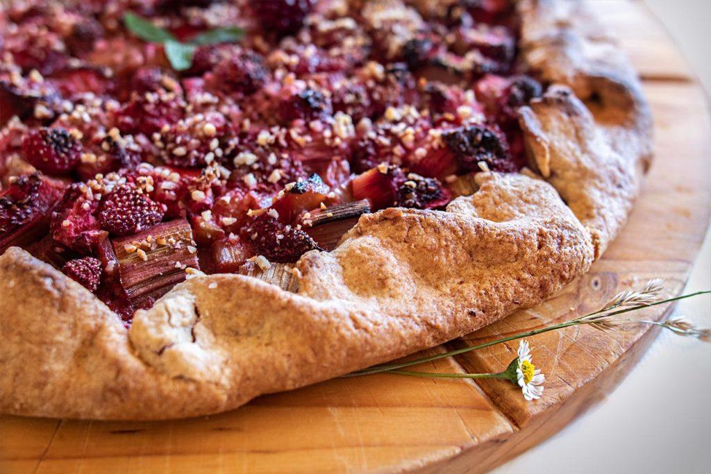 Tarte rustique fraise - rhubarbe